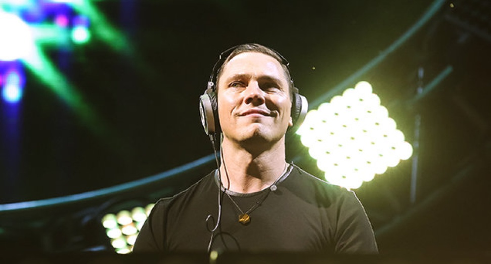 Tiesto pays tribute to avicii with 12 minute megamix at EDC